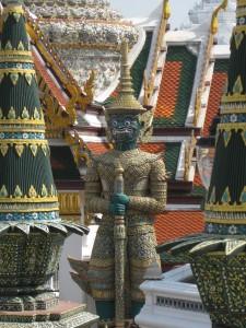 Blick auf die Dächer und eine Statue des Großen Palastes in Bangkok