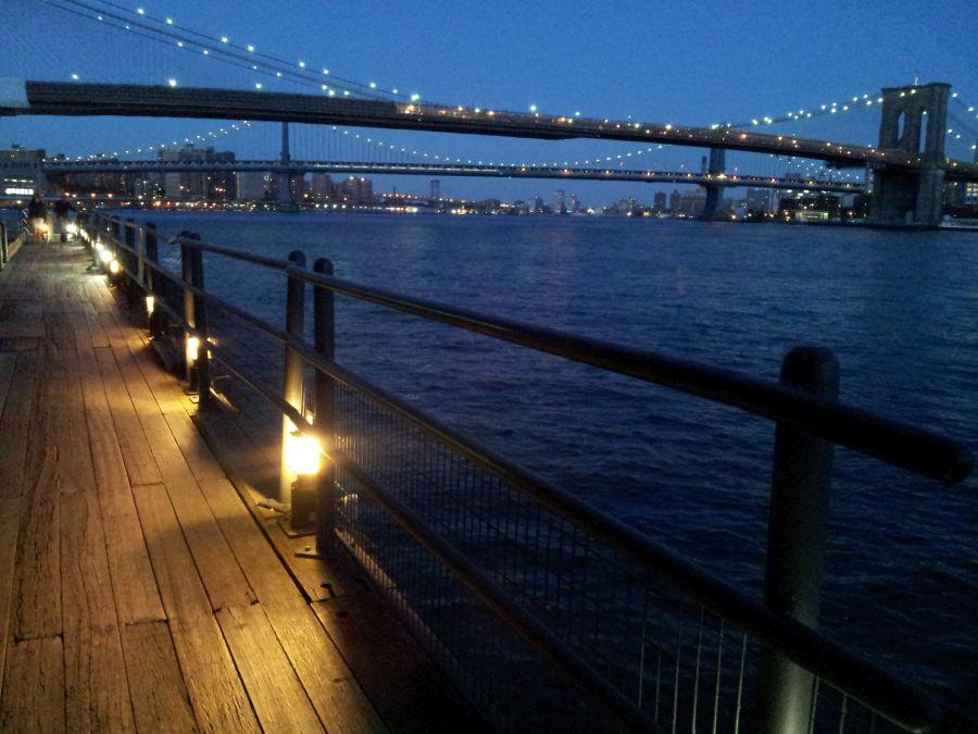 Essen in New York mit Blick auf die Brooklyn Bridge