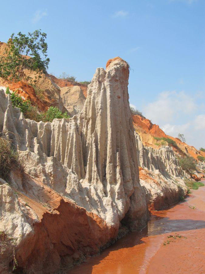 weiße Felsten im roten Sand Mui Né, Vietnam