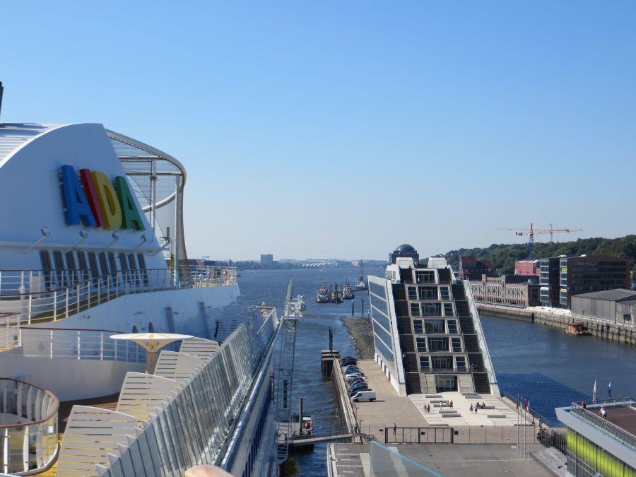 Ein erster Blick vom Schiff am Hamburger Hafen
