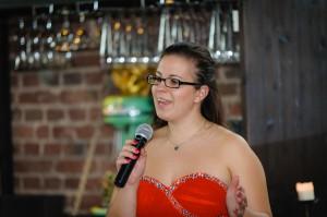 Laura singt mit Gefühl
