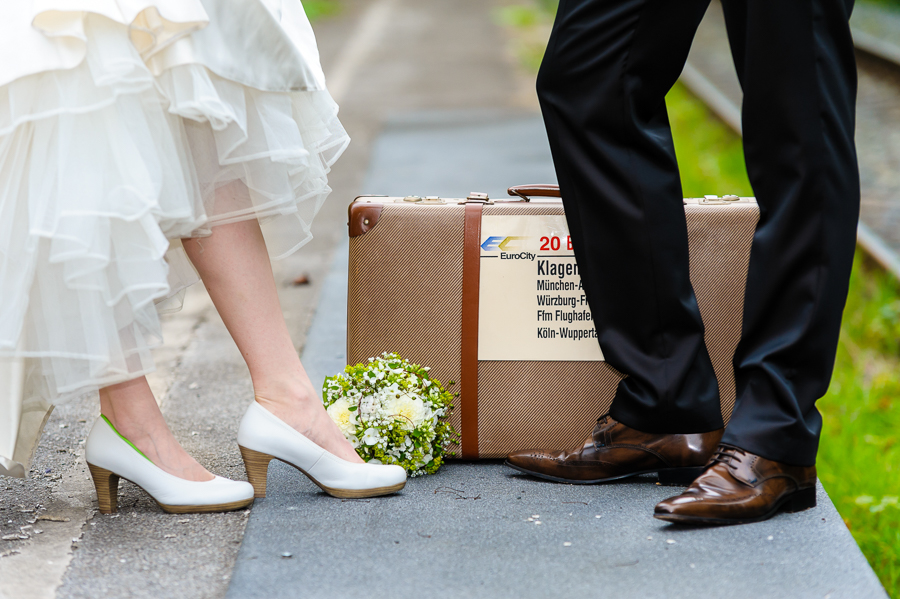 Schuhe mit altem Koffer