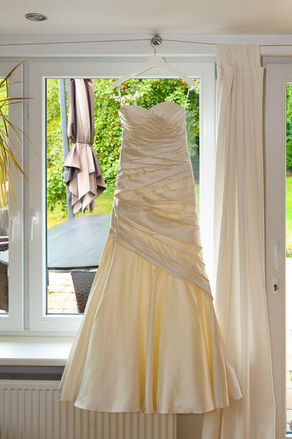 Brautkleid vor dem Fenster