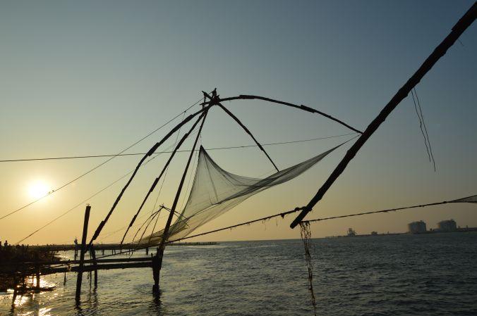 Chinesische Fischernetze im Dämmerlicht