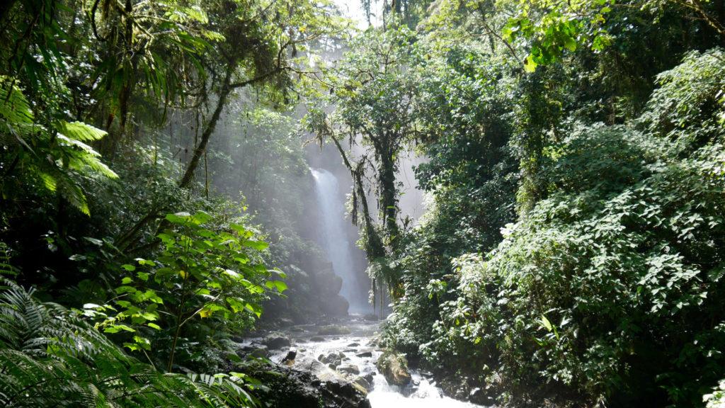 Wunderschöner La Paz Wasserfall und Fluss