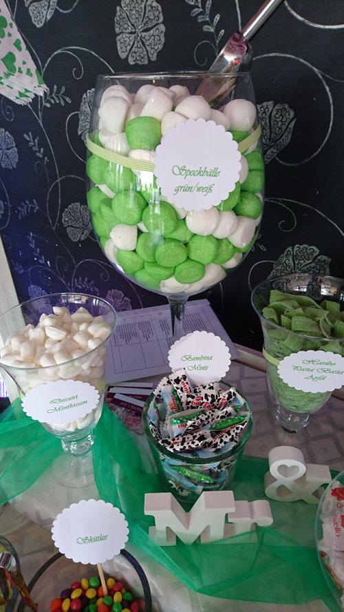 Ausgefallene Süßigkeiten in passenden Farben