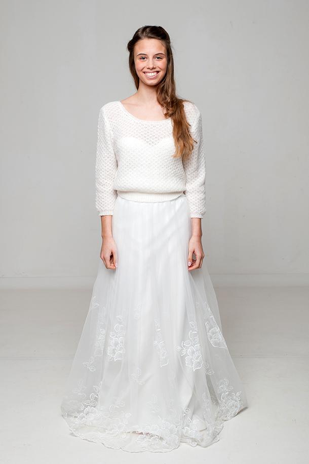 Model Zoé präsentiert den Brautpulli Elly